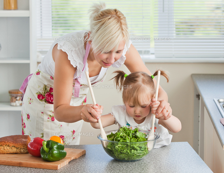 Blond mother and child cookingの写真素材 [FYI00483021]