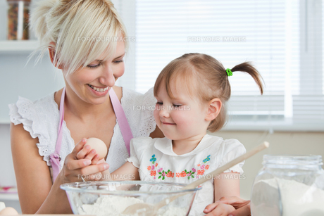 Smiling Mother and child baking cookiesの写真素材 [FYI00483022]
