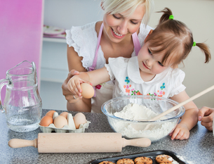 Young mother and child baking cookiesの写真素材 [FYI00483023]