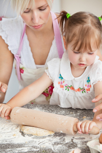 Concentrated mother and child baking cookiesの写真素材 [FYI00483025]