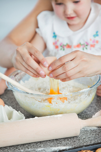 Mother and small child baking cookiesの写真素材 [FYI00483026]