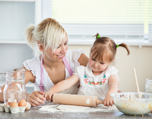Simper mother and child baking cookiesの写真素材 [FYI00483027]