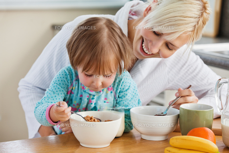 Mother and daughter having breakfastの写真素材 [FYI00483028]