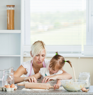 Helping mother and child baking cookiesの写真素材 [FYI00483029]