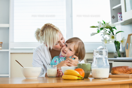 Mother and small daughter having breakfastの写真素材 [FYI00483030]
