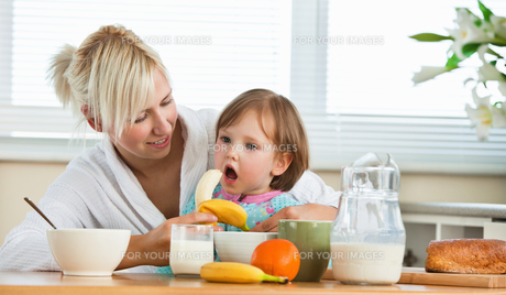 Pretty mother and daughter having breakfastの写真素材 [FYI00483033]