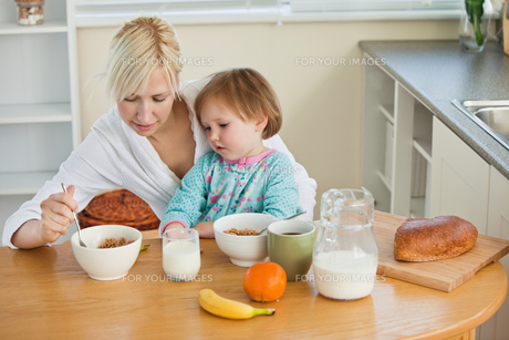 Mother and cute daughter having breakfastの写真素材 [FYI00483034]