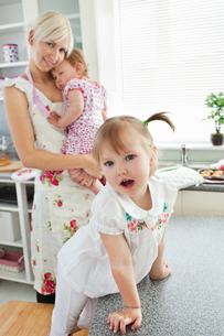 Attractive woman playing with her daughtersの写真素材 [FYI00483038]