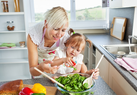 Attractive mother and child cookingの写真素材 [FYI00483047]