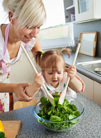 Bright mother and child cookingの写真素材 [FYI00483050]