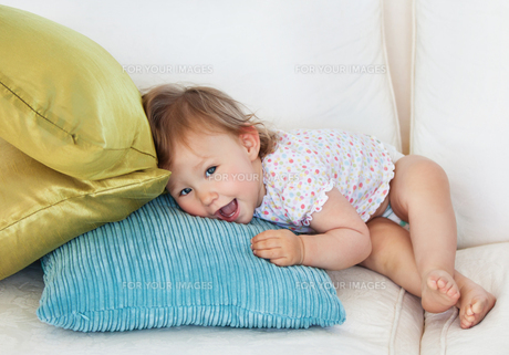 Young girl lying on sofaの写真素材 [FYI00483052]