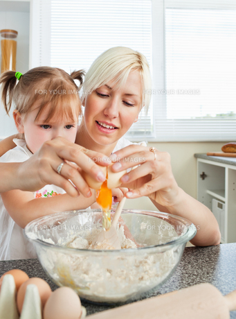 Relaxed mother and child baking cookiesの写真素材 [FYI00483055]