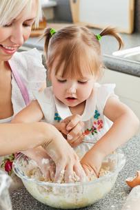 Happy mother and child baking cookiesの写真素材 [FYI00483056]