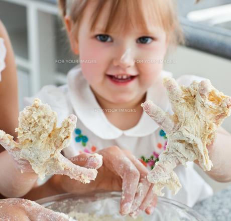 Sweet child baking cookies with handsの写真素材 [FYI00483058]