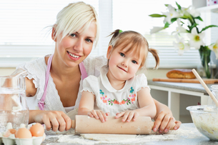 Kind mother and child baking cookiesの写真素材 [FYI00483060]