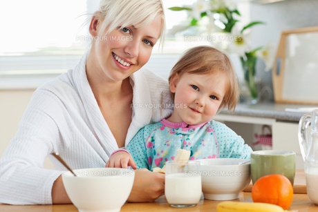 Radiant mother and daughter having breakfastの写真素材 [FYI00483063]