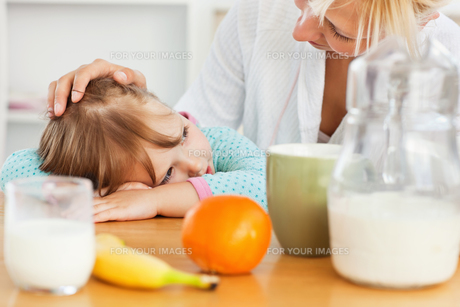 Mother and sweet daughter having breakfastの写真素材 [FYI00483064]