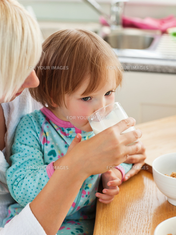 Beauty mother and daughter having breakfastの写真素材 [FYI00483065]