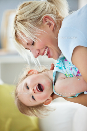 Simper mother playing with her daughterの写真素材 [FYI00483080]