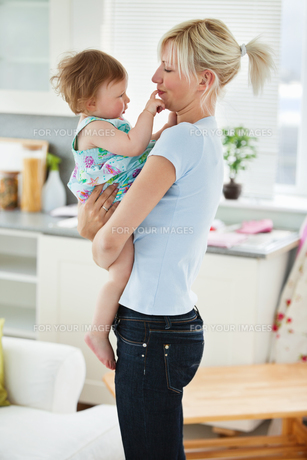 Young mother playing with her daughterの素材 [FYI00483082]