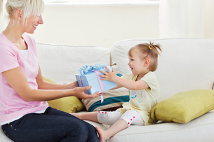 Beauty woman get surprise by her daughterの写真素材 [FYI00483088]