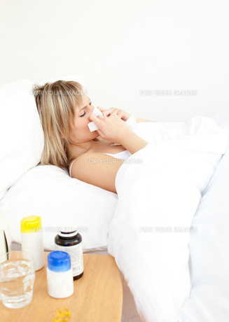 Sick woman lying in bedの素材 [FYI00483098]