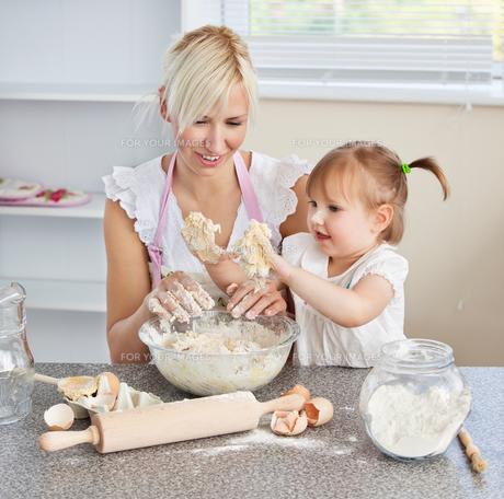Simper woman baking cookies with her daughterの写真素材 [FYI00483105]