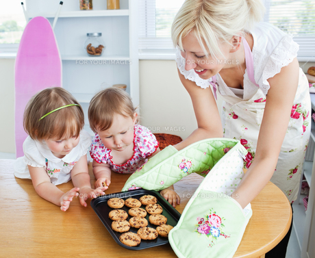 Pretty woman baking cookies with her daughterの写真素材 [FYI00483112]