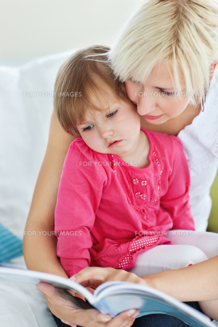 Mother and daughter reading a bookの素材 [FYI00483114]