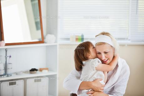 Happy mother taking care of her childrenの写真素材 [FYI00483118]
