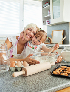 Laughing woman baking cookies with her daughterの写真素材 [FYI00483123]