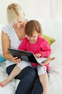 Mother and daughter having fun with a laptopの素材 [FYI00483126]