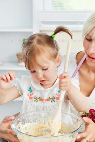 Sweet woman baking cookies with her daughterの写真素材 [FYI00483129]