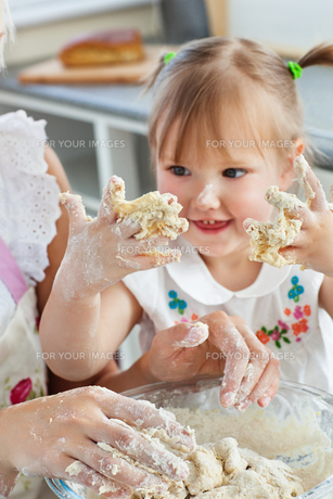 Woman baking cookies with her daughterの写真素材 [FYI00483131]
