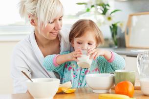 Radiant woman having breakfast with her daughterの写真素材 [FYI00483138]
