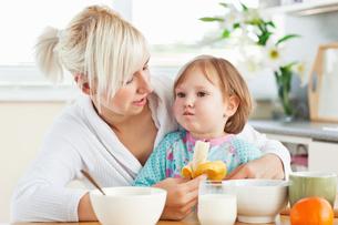 Attractive mother having breakfast with her daughterの写真素材 [FYI00483139]