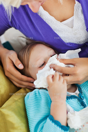 Mother taking care of her ill childの写真素材 [FYI00483142]
