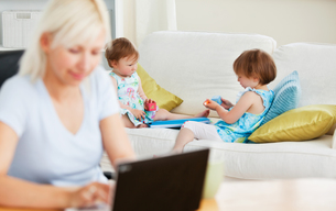 Relaxed family having fun with a laptopの素材 [FYI00483143]