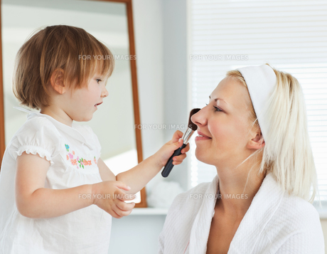Beaming mother taking care of her childの写真素材 [FYI00483145]