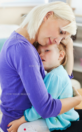 Blond woman taking care of her childの写真素材 [FYI00483151]