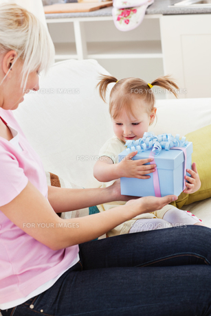 Woman getting a present from her daughterの素材 [FYI00483153]