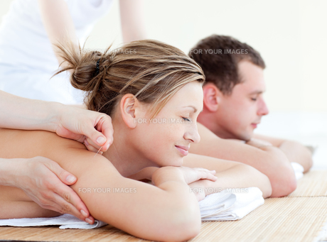 Loving couple having an acupunctre therapyの写真素材 [FYI00483157]