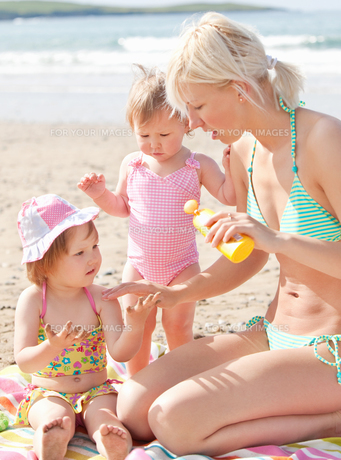 Happy young family at the beachの写真素材 [FYI00483158]