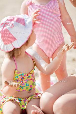Close up of a cute little girl at the beachの写真素材 [FYI00483161]
