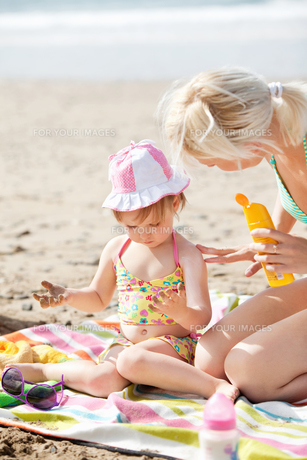 Adorable little girl at the beachの写真素材 [FYI00483162]