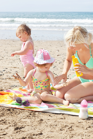 Positive family at the beachの写真素材 [FYI00483165]