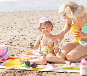 Smiling little girl at the beachの写真素材 [FYI00483169]