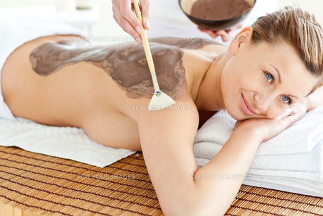 Merry woman receiving a beauty treatment with mudの写真素材 [FYI00483188]