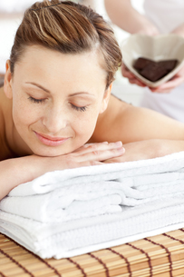 Smiling woman lying on a massage table in a spa centerの写真素材 [FYI00483189]