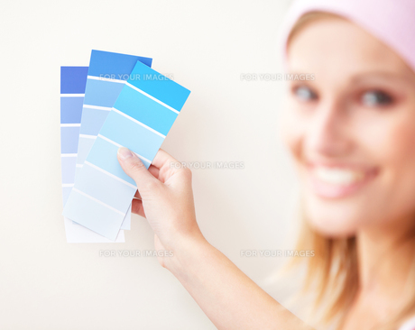Attractive young woman choosing color for painting a roomの写真素材 [FYI00483194]